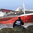 Cargo spagnolo urta gli scogli e si spezza in due09