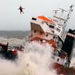 Cargo spagnolo urta gli scogli e si spezza in due03