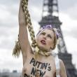 Femen a seno nudo per l'Ucraina sotto la Torre Eiffel08