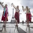 Femen a seno nudo per l'Ucraina sotto la Torre Eiffel07
