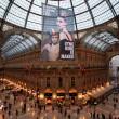 Greenpeace contro vestiti tossici attivisti appesi in Galleria a Milano01