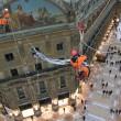 Greenpeace contro vestiti tossici attivisti appesi in Galleria a Milano12