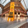 Greenpeace contro vestiti tossici attivisti appesi in Galleria a Milano11