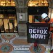 Greenpeace contro vestiti tossici attivisti appesi in Galleria a Milano10