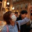 Greenpeace contro vestiti tossici attivisti appesi in Galleria a Milano07
