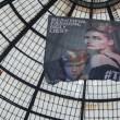 Greenpeace contro vestiti tossici attivisti appesi in Galleria a Milano06