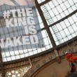 Greenpeace contro vestiti tossici attivisti appesi in Galleria a Milano05