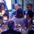 Hollande single siede tra Barack e Michelle03