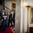 Hollande single siede tra Barack e Michelle04