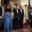 Hollande single siede tra Barack e Michelle05