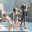 Mel B, toccatine finto lesbo con le amiche sullo yacht04