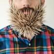 Pierce Thiot, l'uomo che si infila di tutto nella barba 06
