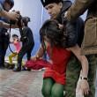Pussy Riot picchiate e frustate dai cosacchi a Sochi05