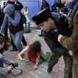 Pussy Riot picchiate e frustate dai cosacchi a Sochi08