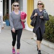 Reese Witherspoon e Naomi Watts compagne di yoga07