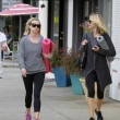 Reese Witherspoon e Naomi Watts compagne di yoga06