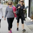 Reese Witherspoon e Naomi Watts compagne di yoga05
