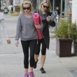 Reese Witherspoon e Naomi Watts compagne di yoga04