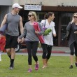 Reese Witherspoon e Naomi Watts compagne di yoga03