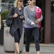 Reese Witherspoon e Naomi Watts compagne di yoga01
