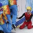 Sochi, l'atleta cinese esce di pista e sbatte contro i giudici01
