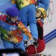 Sochi, l'atleta cinese esce di pista e sbatte contro i giudici02