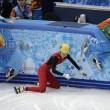 Sochi, l'atleta cinese esce di pista e sbatte contro i giudici05