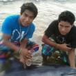 Perù, ragazzi danno birra al delfino spiaggiato02