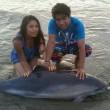 Perù, ragazzi danno birra al delfino spiaggiato03