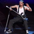 Dergin Tokmak il ballerino acrobata con le stampelle02