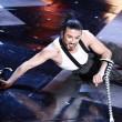 Dergin Tokmak il ballerino acrobata con le stampelle04