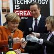 Angela Merkel stringe la mano bionica04