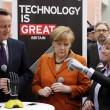 Angela Merkel stringe la mano bionica03