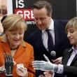Angela Merkel stringe la mano bionica02