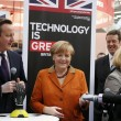 Angela Merkel stringe la mano bionica01