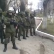 Crimea soldati ucraini vengono intimati dai russi a consegnare le armi