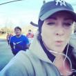 Kelly Roberts, la maratoneta che fa i selfie con i corridori più affascinanti03