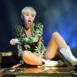 Miley Cyrus hard nel concerto di Miami mima l'atto sessuale su un'auto11