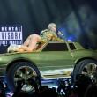 Miley Cyrus hard nel concerto di Miami mima l'atto sessuale su un'auto10