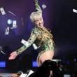 Miley Cyrus hard nel concerto di Miami mima l'atto sessuale su un'auto05