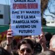 Scalea. Matteo Renzi contestato da mamme e precari a scuola