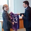 Renzi-Merkel: la maglia di Mario Gomez, il bottone sbagliato... FOTO e VIDEO