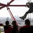 Acrobati appesi ad 80 metri sulla ArcelorMittal Orbit di Londra 01