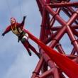 Acrobati appesi ad 80 metri sulla ArcelorMittal Orbit di Londra 02