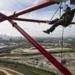 Acrobati appesi ad 80 metri sulla ArcelorMittal Orbit di Londra 03