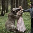Katerina Plotnikova, la fotografa che posa con le tigri, gli orsi e i serpenti02