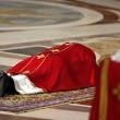 Papa Francesco sdraiato a terra a San Pietro per celebrare la Passione04