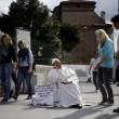 Roma, travestito da Wojtyla fa foto con turisti01