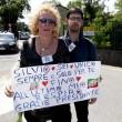 Berlusconi lascia Cesano Boscone inseguito dai cronisti02