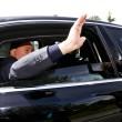 Berlusconi lascia Cesano Boscone inseguito dai cronisti10'